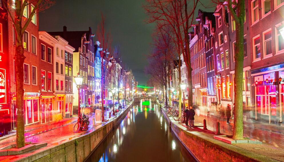 SÅ BYEN PÅ NYTT: Mens grensene var stengt på grunn av corona-pandemien, har mange av Amsterdams innbyggere blitt glade i områdene som vanligvis helst har vært brukt av turister. Nå har hovedstadens byråd en nett-kampanje der de oppfordrer turister som ønsker fest og fyll om å holde seg hjemme. Foto: Shutterstock / NTB