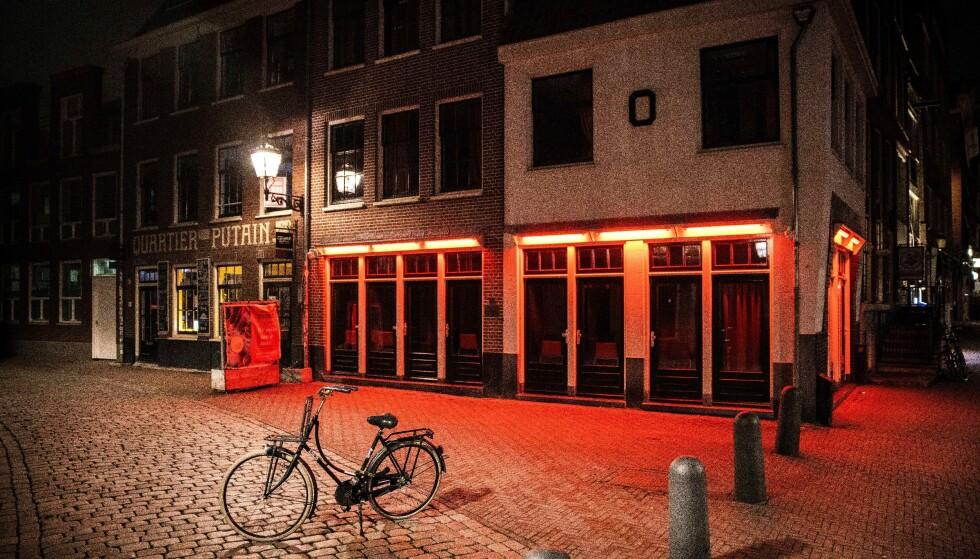 TURIST-TOMT: Knapt en turist var å se i Amsterdam under store deler av pandemi-perioden, som her i De Wallen i januar i år. Foto: AFP / NTB