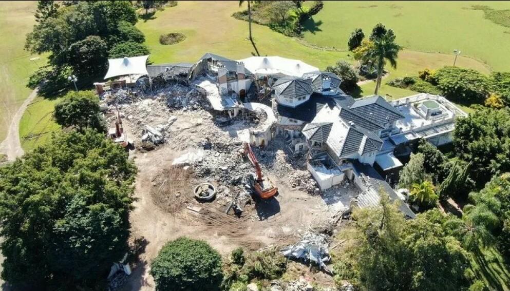 RIVES: Villaen rives for å gjøre plass til trinn to av eiendomsprosjektet Riverina Gold Coast Estate. Foto: Realestate.com