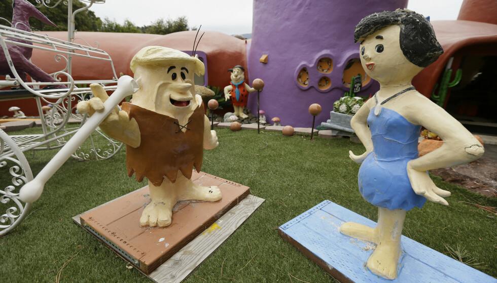 BERØMTE FIGURER: Barney og Betty Rubble er blant karakterene som pryder eiendommen i Hillsborough. Foto: AP / Eric Risberg / NTB