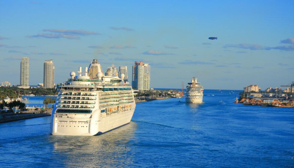 ÅPNER OPP: Det er 15 måneder siden sist et amerikansk cruiseskip seilte fra ei havn. Lørdag kunne det enorme cruiseskipet «Celebrity Edge» igjen frakte turister fra Fort Lauderdale, Florida. Her er cruisetrafikk fra Miami i samme delstat. Foto: 607477 / Shutterstock / NTB