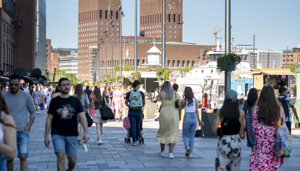 PÅ VEI OPP: Norsk økonomi er på full fart mot normalen etter gjenåpningen i vår og sommer. Her Aker Brygge i Oslo. Foto: Terje Pedersen / NTB