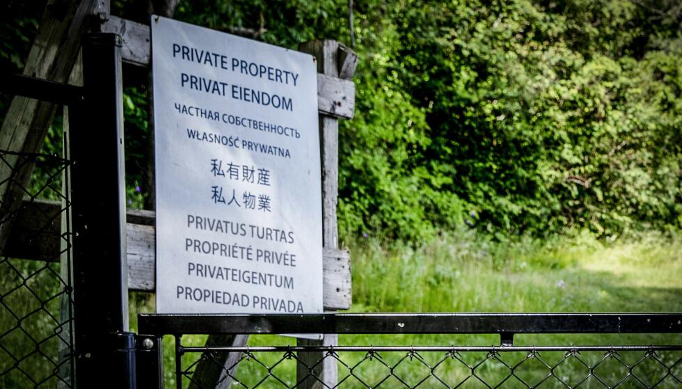 SKILTING: Milliardær Arne Fredly har satt opp skilt der det står privat eiendom på kinesisk og ni andre språk. Foto: Nina Hansen / Dagbladet