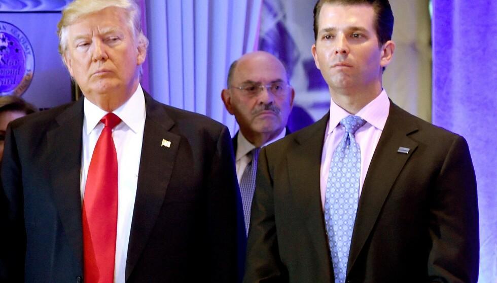 FJERNET: USAs forrige president, Donald Trump, har fjernet sin tiltalte finansdirektør Allen Weisselberg (i midten) fra mange underselskaper. Her er de to og Trumps sønn Donald junior sammen under en pressekonferanse i Trump Tower i 2017. Foto: Timothy A. CLARY / AFP