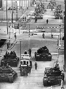GRENSEOVERGANG: Mellom 1945 og 1990 var Checkpoint Charlie en grenseovergang mellom den amerikanske sektoren av Vest-Berlin og den sovjetiske sektoren av Øst-Berlin. Her peker sovjetiske og amerikanske stridsvogner mot hverandre i 1961. Foto: AP/NTB