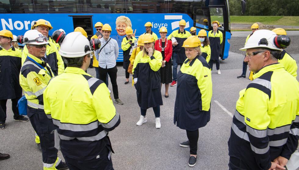 MØTER LEDELSEN: Ledere og ansatte på Yaras amoniakkfabrikk på Herøya hadde møtt opp for å ta imot statsministeren og oljeministeren fredag. Foto: Lars Eivind Bones / Dagbladet