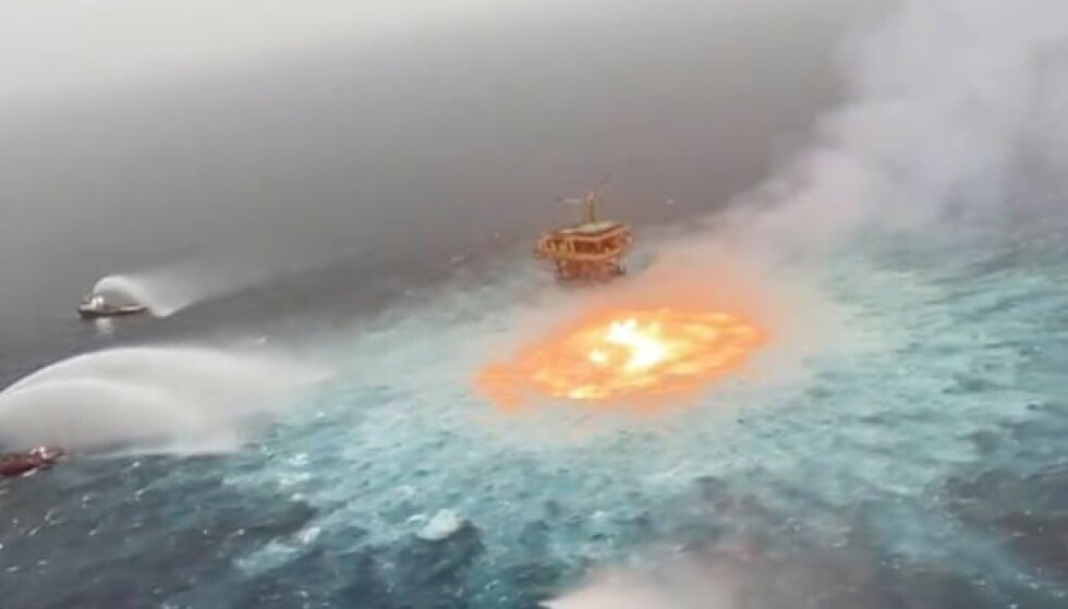 STOR BRANN: Brannen i vannoverflaten, bare få meter fra en av Pemex' største oljeplattformer, raste i over fem timer. Flammene dannet en sirel i havet, og blir omtalt som et «øye av ild». Foto: Manuel López San Martín / Twitter