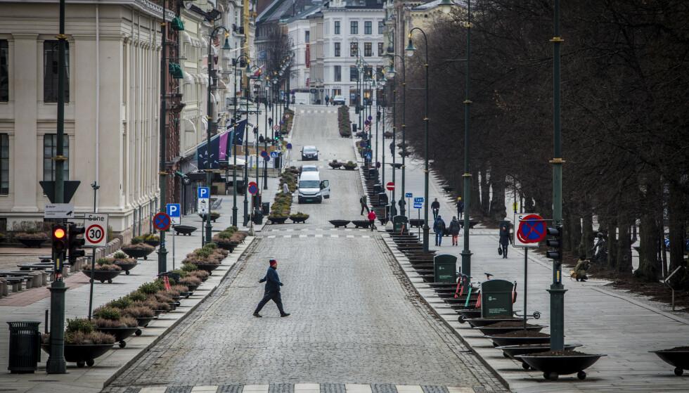 STENGT: En tirsdag formiddag fra starten av det lange coronaåret - nærmere bestemt i mars i fjor. Folketomme gater taler sitt tydelige språk om et nedstengt samfunn. Nå viser ferske konkurstall et overraskende bilde av krisa. Foto: Ole Berg-Rusten / NTB