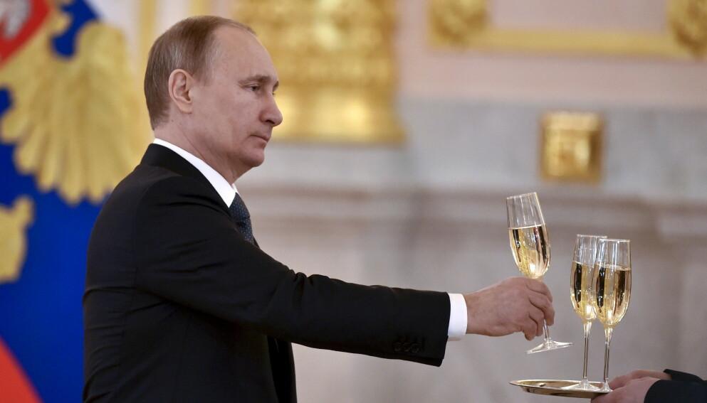 SHAMPANSKOYE: Putin forbyr ikke-russiske produsenter å kalle drikken sin for «champagne» på det russiske markedet. Foto: POOL New / Reuters / NTB