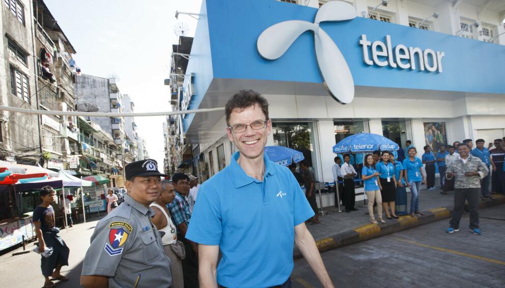 SOLGT: Telenor selger virksomheten i Myanmar. Dette er administrerende direktør i Telenor Petter Furberg foran hovedbutikken i Yangon i 2014. Foto: Heiko Junge / NTB