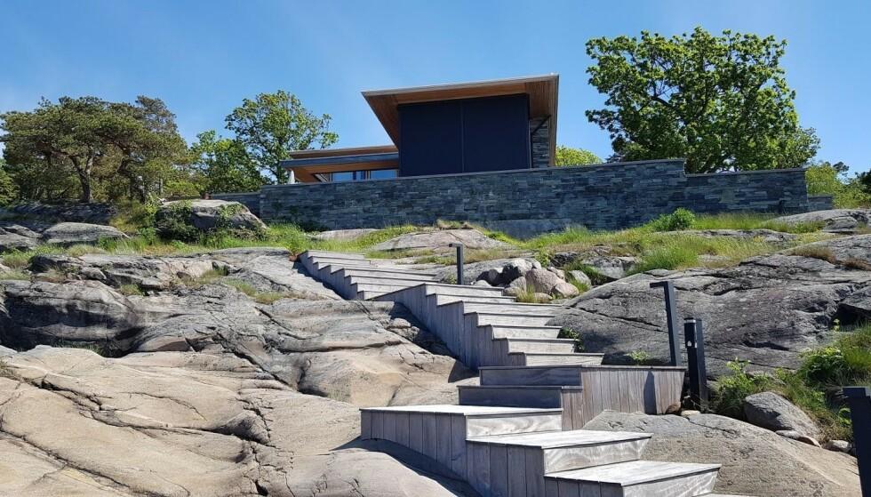 - ULOVLIG: Kommunen mener Mamelund ikke har fulgt loven da han bygget denne trappa. Foto: Færder kommune