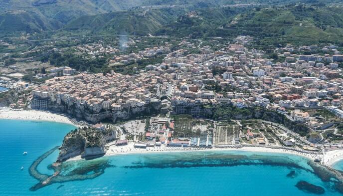 IDYLLISK: Stranda i Tropea i Calabria avbildet i mai da badesesongen åpnet. Foto: NTB