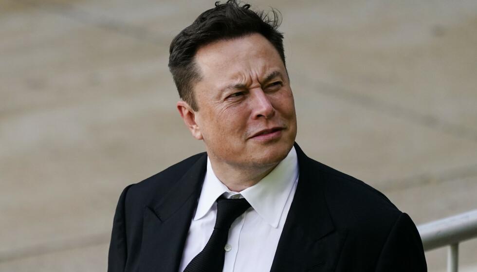 RETTSSAK: Musk på vei ut av rettssalen mandag. Foto: Matt Rourke / Ap / NTB