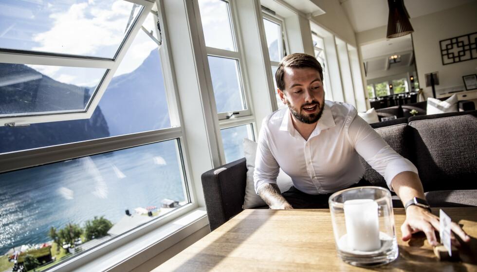 TAR SEG OPP: Innehaver av Grande Fjord Hotel, Aleksander Grande, sier at besøket har tatt seg opp i starten av fellesferien. Han er samtidig skuffet over de tidligere månedene. Foto: Christian Roth Christensen / Dagbladet