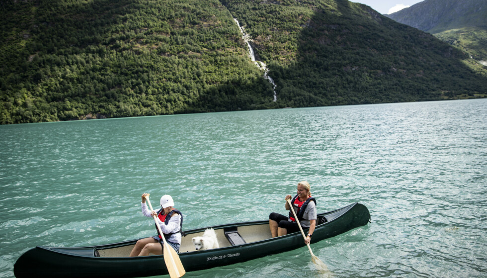 GJEMT PERLE: Familien Berg fra Bærum synes det er rart at ikke flere benytter seg av kano i Oldedalen. De var helt alene på vannnet. Foto: Christian Roth Christensen / Dagbladet