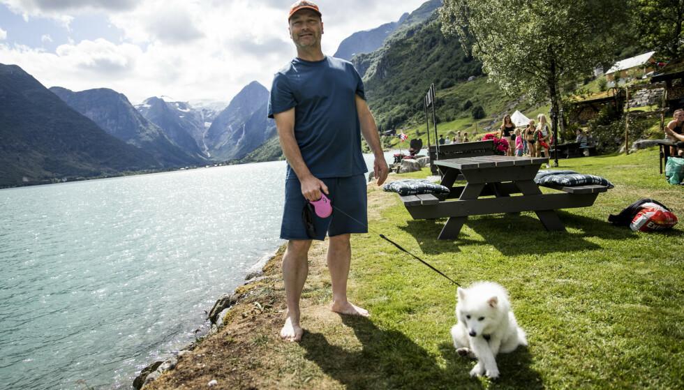 SJOKKERT: Svein Erik Johansen fra Asker ble satt ut av hvor fint det er i Stryn. Han hadde ingen anelse om at Norge kunne være så vakkert. Her sammen med hunden Kira. Foto: Christian Roth Christensen / Dagbladet