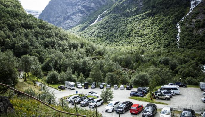 SAVNER BUSSENE: Parkeringsplassen utenfor Briksdalen Fjellstove er nå fylt opp med personbiler. Rogeir Haugen savner tiden da den var full av busser. Foto: Christian Roth Christensen / Dagbladet