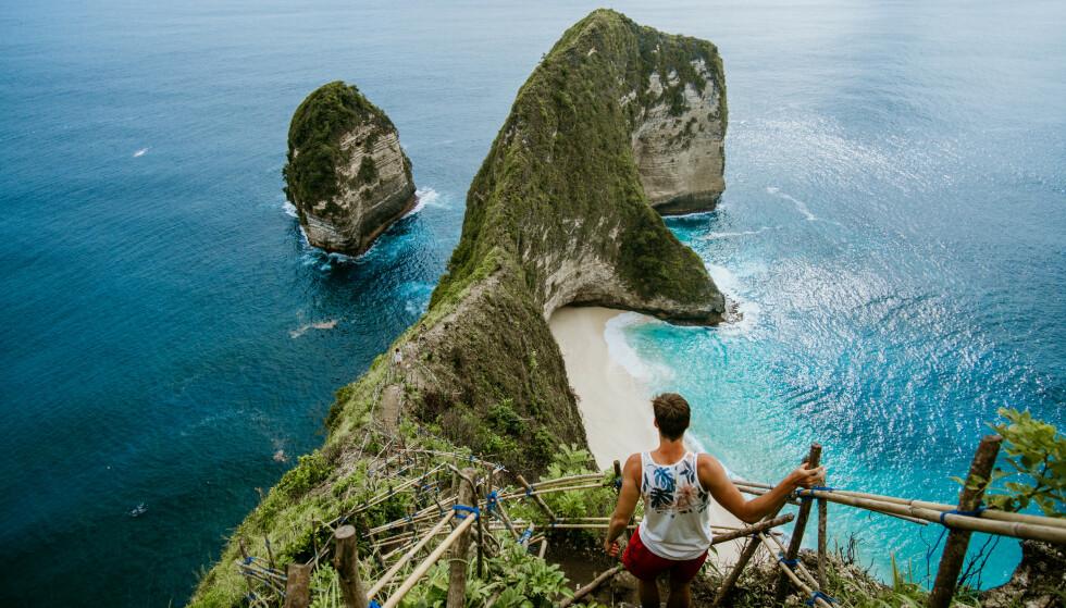 SMITTESENTRUM: Indonesia er nå episenter for coronapandemien. Ferieparadiset Bali, her fra Nusa Penida, må se langt etter en gjenåpning for turister. Foto: Shutterstock / NTB