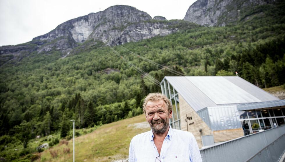 TURISTKOMMUNE: Ordfører i Stryn Per Kjøllesdal (Sp) sier at mange i kommunen har turismen som hovedinntekt. Her er han avbildet foran Loen Skylift, som siden 2017 har tiltrukket mange turister. Foto: Christian Roth Christensen / Dagbladet