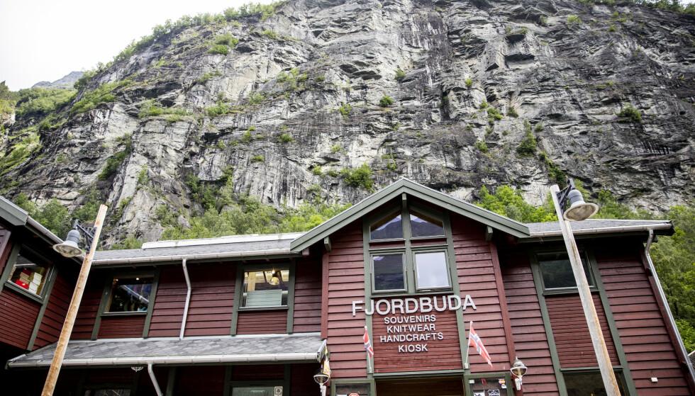 GOD PLASSERING: Fjordbuda ligger midt på kaia og er godt synlig for cruisturistene som vanligvis kommer i land i Geiranger. Foto: Christian Roth Christensen / Dagbladet