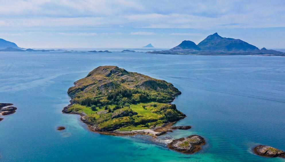 BJØRNØYA: For langt mindre enn prisen av en leilighet i hovedstaden, kan du nå sikre deg denne Nordlands-øya midt ute i havgapet. Foto: Paul-Egil Henriksen / Diakrit