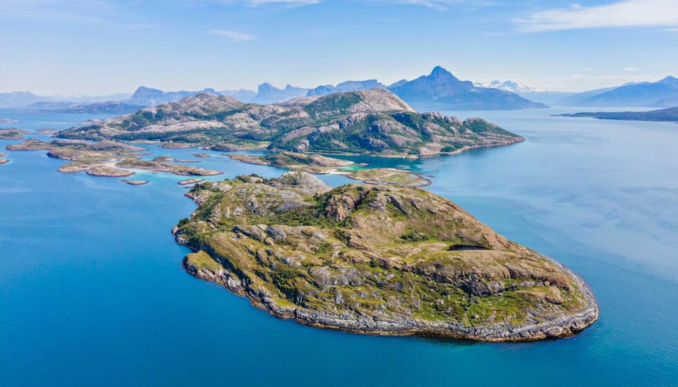 SPEKTAKULÆRT: Øya ligger spektakulært til på Helgelands-kysten i Nordland. Foto: Paul-Egil Henriksen / Diakrit
