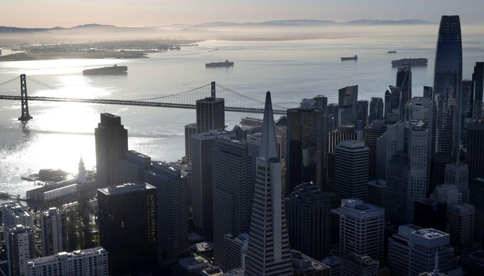 IKKE FØRSTE GANG: Også i mars i år var det store utfordringer for containerskip flere steder i verden. Bildet viser flere containerskip som venter på å legge til kai utenfor San Francisco i USA. Foto: Justin Sullivan / Getty Images / AFP