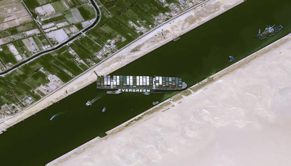 GIKK PÅ GRUNN: Det Panama-registrerte containerskipet «Ever Given» blokkerte Suezkanalen i seks dager i mars i år. Foto: CNES 2020 / AFP / NTB