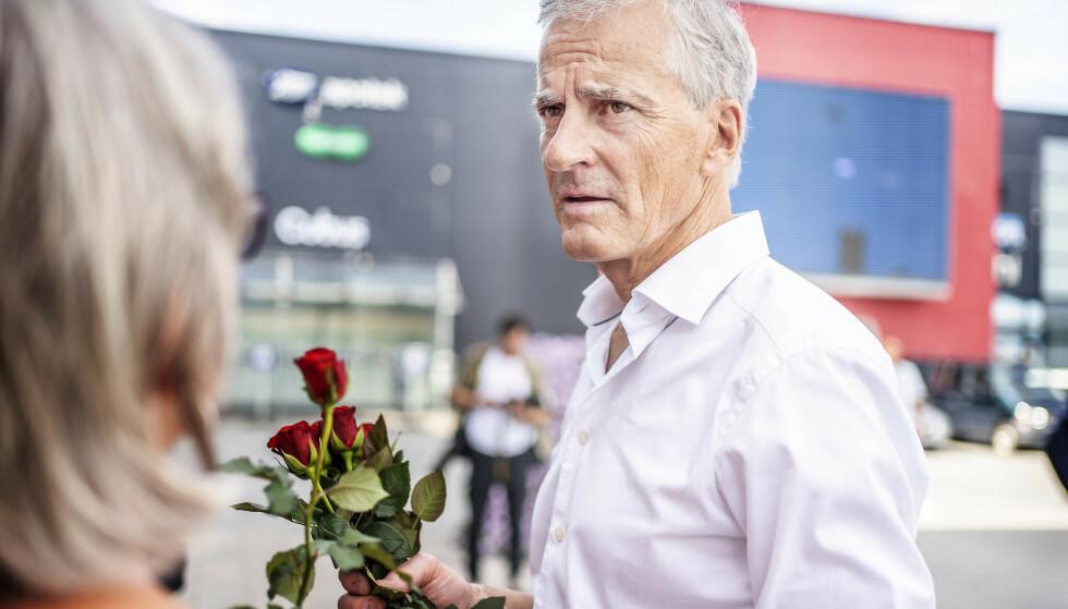 DANS PÅ ROSER: Ap-lederen deler ut roser i Levanger som en del av valgkampstarten 2021. Foto: Hans Arne Vedlog / Dagbladet
