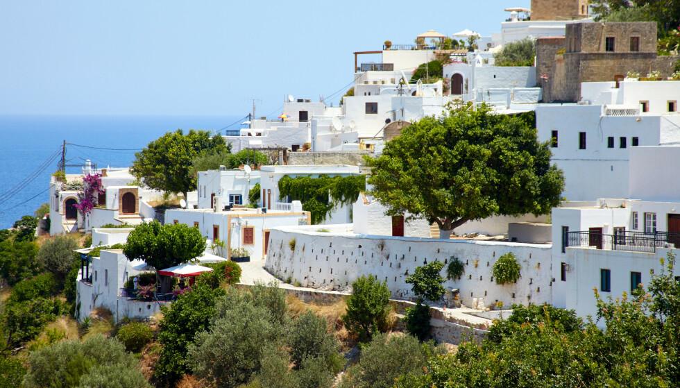 MØRKERØDT: Den greske ferieøya Rhodos, er blant 13 greske øyer som nå er blitt merket mørkerøde av EU. Foto: Foto: Ruslan Salikhov / Shutterstock / NTB