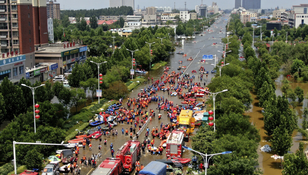 FLOM: Weihui i Henan-provinsen i Kina er en av byene som har blitt rammet av flom, noe som i sin tur påvirker verdenshandelen. Foto: Chinatopix via AP