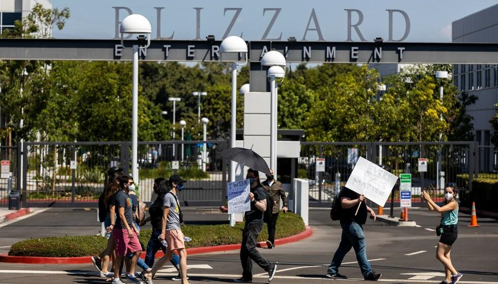 WALK OUT: Onsdag 28. juli gjennomførte mange ansatte ved Blizzard Entertainment en såkalt walk out, der de forlot jobben ut dagen. Dette gjorde de i protest mot ledelsens håndtering av søksmålet mot selskapet. Foto: Allen J Schaben / Los Angeles Times / Shutterstock /NTB