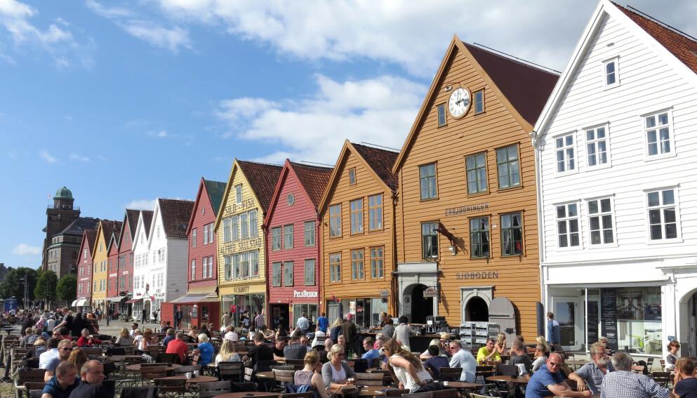 UTELIV UTE: I Bergen åpnes det for å forlenge tida gjestene kan sitte på uteserveringen, for å spre gjestene mer. Et tiltak som faller i smak hos bareier Tom Greni. Bildet er fra Bryggen i Bergen i 2018. Arkivfoto: Paul Kleiven / NTB