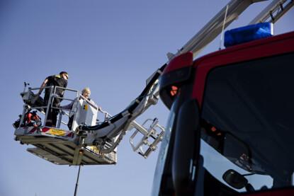 HØYT OG LAVT: Erna Solberg besøker denne uken Nord-Norge. Her er hun ute og tester kranen på en brannbil ved den felles operasjonssentralen for nødetatene i Bodø. Foto: Kristian Ridder-Nielsen / Dagbladet.