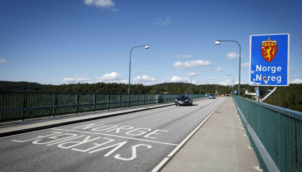 SNUR BILER: Ved den gamle Svinesund-brua snur politet flere hundre biler, etter at grensehandelen har tatt seg opp. Det skal føre til kø og trafikkproblemer. Her avbildet i 2015. Foto: Heiko Junge / NTB