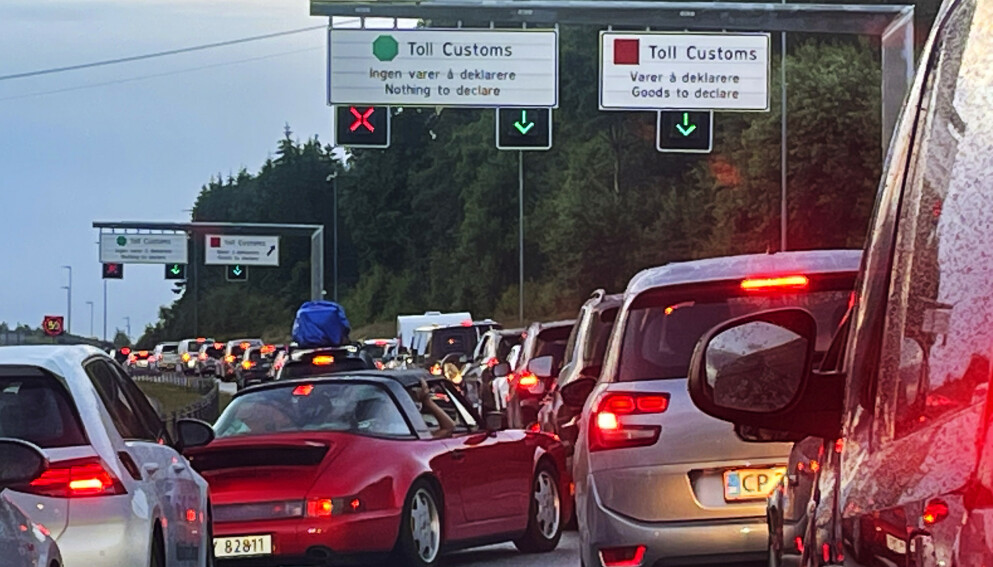BACON-TURISME: Det skal være tidvis lange køer med biler på vei inn til Norge over Svinesund. Foto: Jon Eeg / NTB