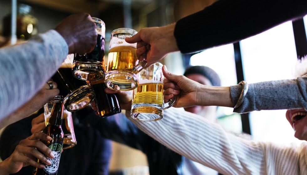 DRIKKETRØBBEL: Det kinesiske kommunistpartiet vil at bartenderne i Kina skal servere mindre øl til kinesere som går ut for å drikke etter jobb. Foto: Shutterstock / NTB
