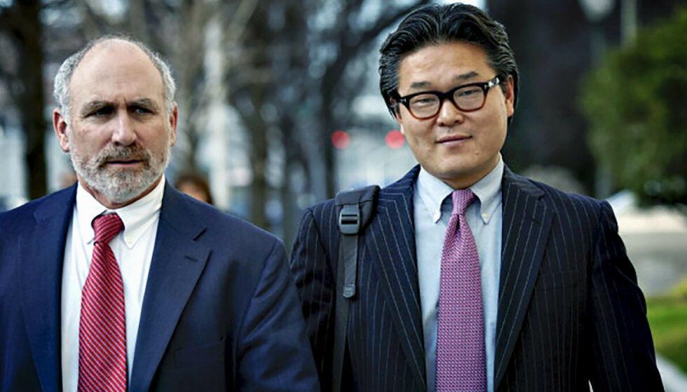 SKANDALE: I løpet av ei uke i mars tapte Bill Hwang (t.h.) 170 milliarder kroner av sin personlige formue på svært risikable investeringer. Foto: Emile Wamsteker / Bloomberg / Getty Images