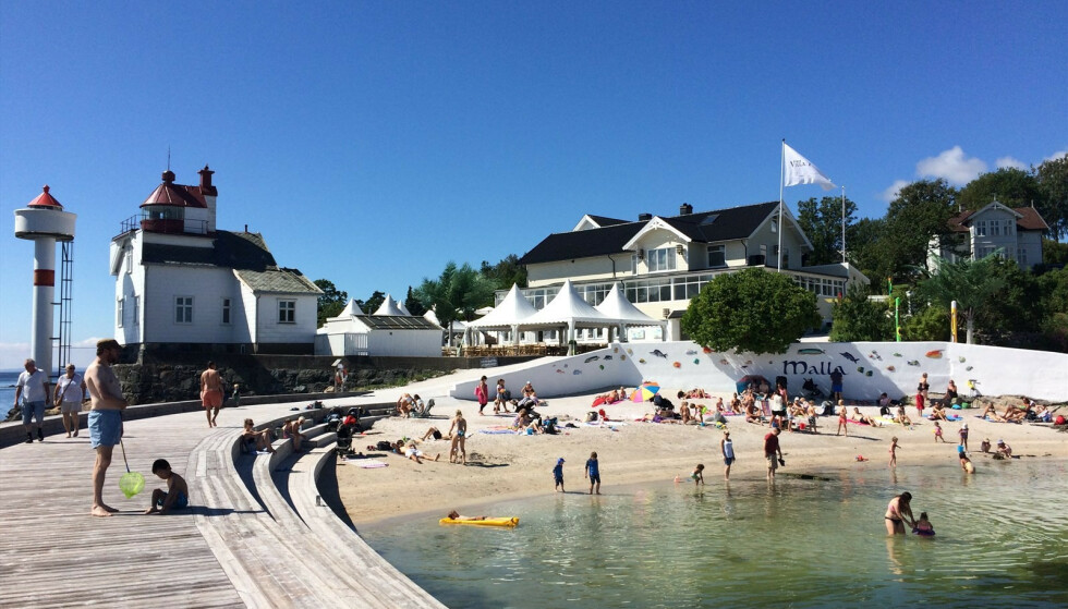 STRANDLIV: Også strandgjester har kost seg på eiendommen som ligger idyllisk til i vannkanten. Foto: DnB Eiendom