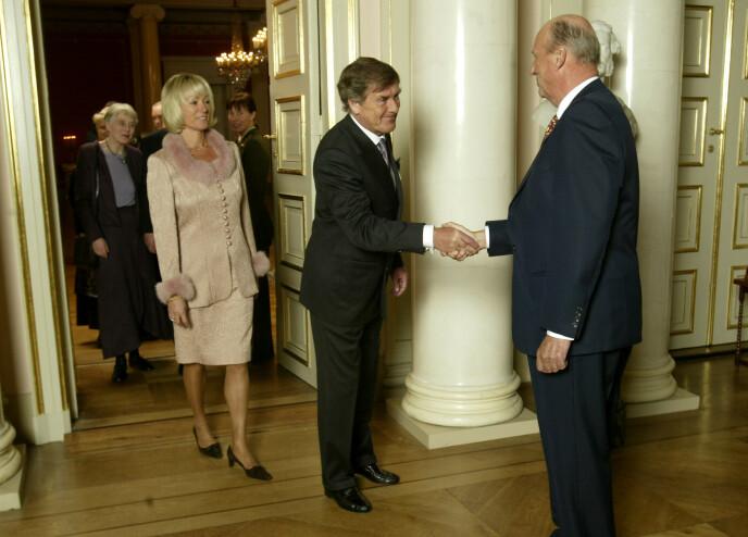 STOR STAS: Her håndhilser Jørg-Fredrik Ellertsen på kong Harald i 2003. Han var tilstede for takke for Kongens fortjenestemedalje i gull for sitt impresarioarbeid. Foto: Tor Richardsen / NTB