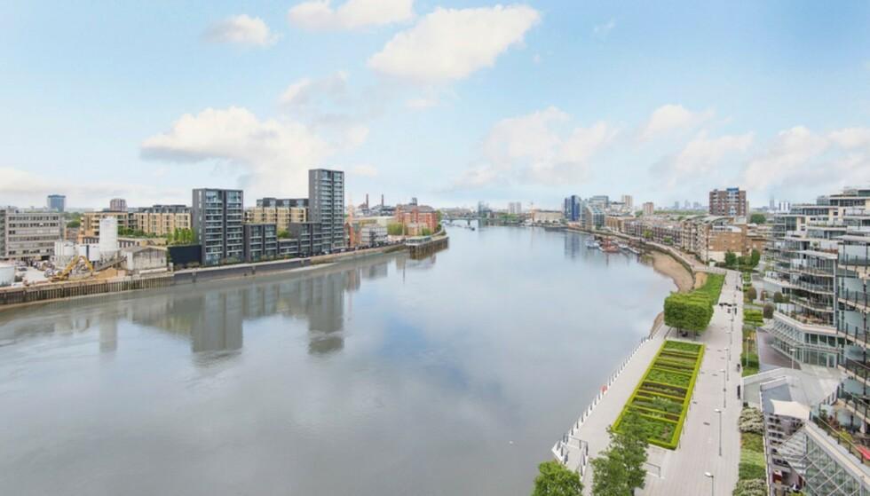 UTSIKT: Leilighetens to balkonger har utsikt mot Themsen i London. Foto: Nest Seekers International