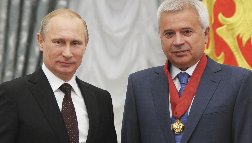 PUTIN-VENN: Lukoil-president Vagit Alekperov har nære bånd med Kreml og pleier tett kontakt med Russlands president Vladimir Putin. Her fra en seremoni i Kreml i 2014, da Alekperov fikk en æresutmerkelse av Putin. Foto: Mikhail Klimentjev / RIA Novosti / NTB