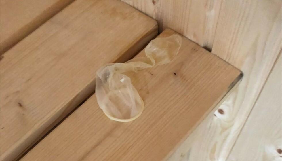 BRUKT: Inne i feriehusets sauna ble denne brukte kondomen funnet. Foto: Privat
