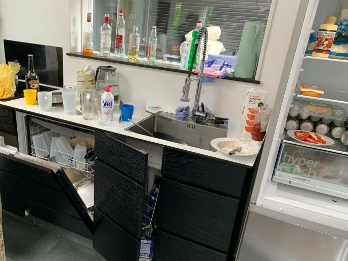 RASERT: Kjøkkenet og store deler av huset var ikke rengjort til nye gjester. Foto: Privat