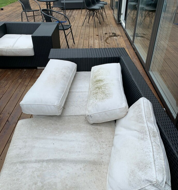 REGN: Uteplassen var rasert, og flere spisebordstoler hadde stått ute i kraftig regnvær. Foto: Privat