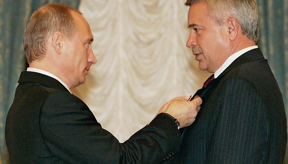 BÅND: Som toppsjef for Russlands tredje største selskap nyter Lukoil-president Vagit Alekperov godt av et årelangt nært forhold til Russlands president Vladimir Putin. Her fra en medaljeoverrekkelse i Kreml i 2005. Foto: Aleksej Panov / AP / NTB