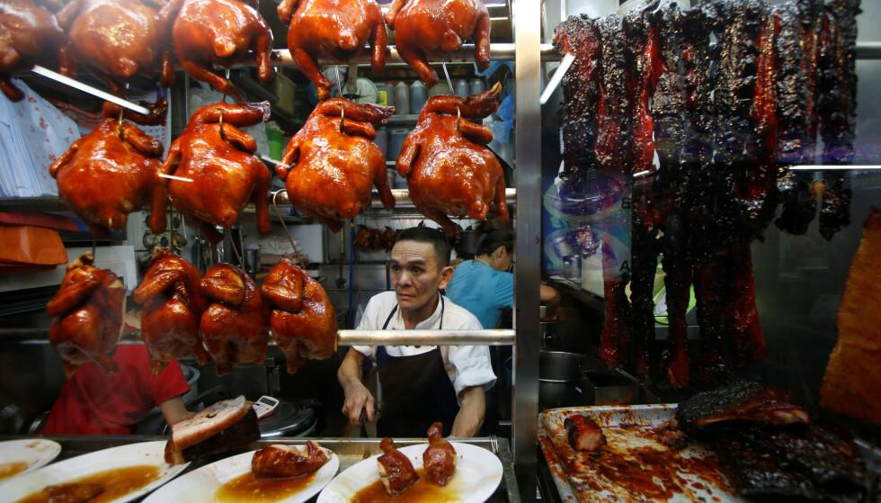MICHELIN-STJERNE: Chan Hong Meng selger kylling og soyasaus etter å ha mottatt den høythengende Michelin-stjernen for maten sin tilbake i 2016. Foto: Edgar Su / Reuters / NTB