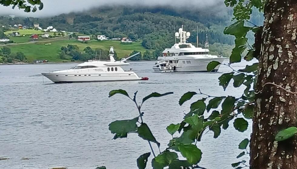 - OBSERVERT KAMERACREW: Bakerst til høyre ligger Mercury. Det er usikkert om båten til venstre er er følgebåt, filmcrew eller en privatperson. Foto: Privat