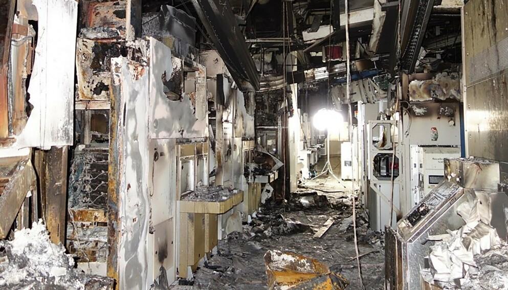 BRANN: Tilgangen på halvledere var allerede problematisk da det brøt ut brann på Renesas Electronics fabrikk i Japan i mars i år. Brannen gjorde vondt verre. Foto: AFP PHOTO / JIJI PRESS / RENESAS ELECTRONICS
