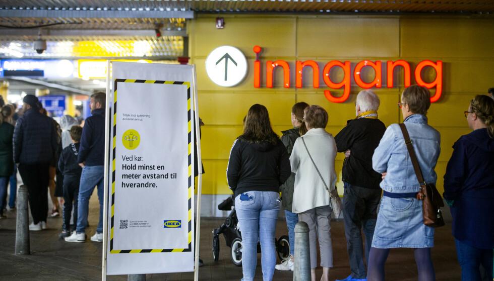 OPPTUR: Til tross for en coronakrise som rammet store deler av næringslivet, kom Ikea styrket ut av det første året i pandemien. Bildet viser folk som står i kø for å komme inn på Ikea på Slependen i fjor sommer. Foto: Trond Reidar Teigen / NTB